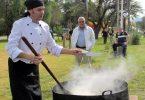 El chef Daniel Scharantz cocina su plato desde temprano al aire libre.