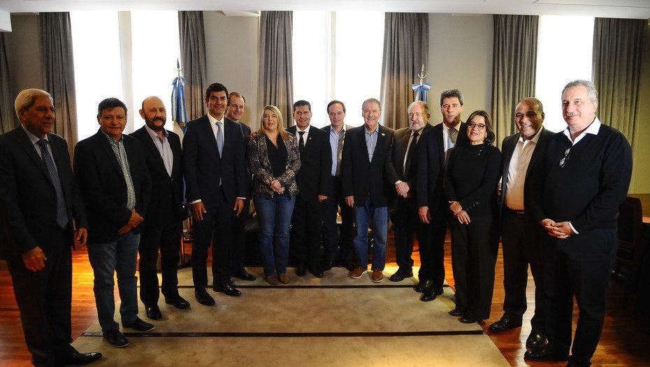 ¿Unidos triunfaremos? Gobernadores y otros dirgentes del peronismo, en una reunión el año pasado. Cristina y Macri son los elementos más conflictivos en larelación.